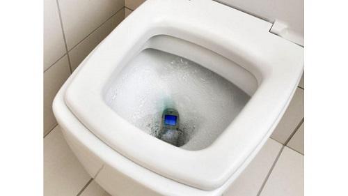 téléphone portable dans l'eau de toilette